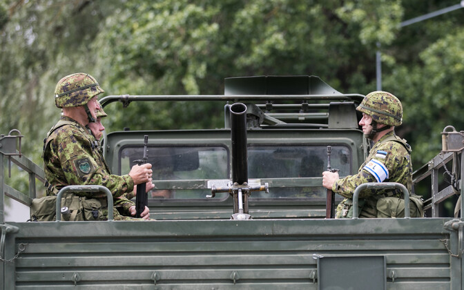 Vaenlase pidurdamiseks ja inimeste evakueerimiseks ei pruugi kaitseväe enda sõidukitest piisata. Pildil sõiduk võidupüha paraadil.