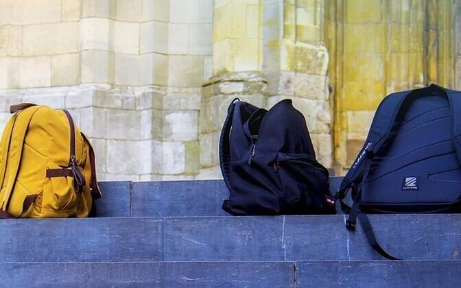 Закон разрешит проверять вещи ученика и прощупывать руками его одежду, а также осматривать его шкафчик.