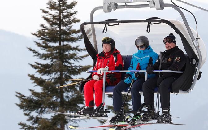 Venemaa president Vladimir Putin ja Valgevene president Aleksandr Lukašenko Sotši mägikuurordis. Nende vahel istub Lukašhenko poeg Nikolai.