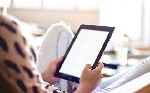 Tänapäeval loetakse üha rohkem arvutiekraanilt. Jaan Mikk teab arvukate kirjandusallikate põhjal, et raamatust lugemine on 10–20% tulemuslikum kui ekraanilt lugemine. Põhjus peitub ilmselt selles, et inimene ei ole arvutiekraaniga siiski veel nii palju ha