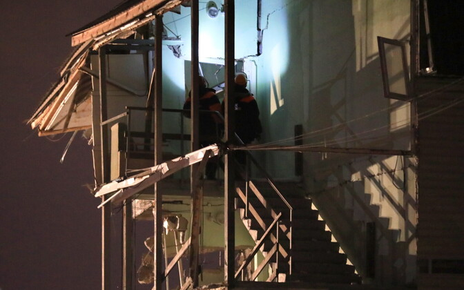 По неофициальным данным, причиной взрыва могло стать нарушение техники безопасности или неисправность газового оборудования.
