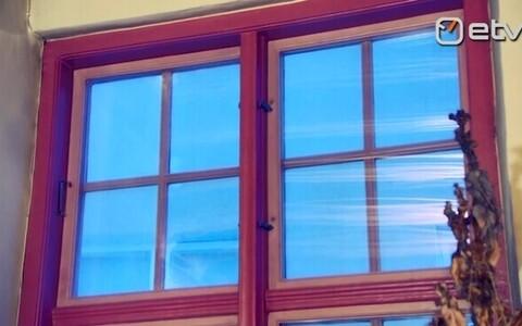 Roosad aknaraamid vanalinna kontoris