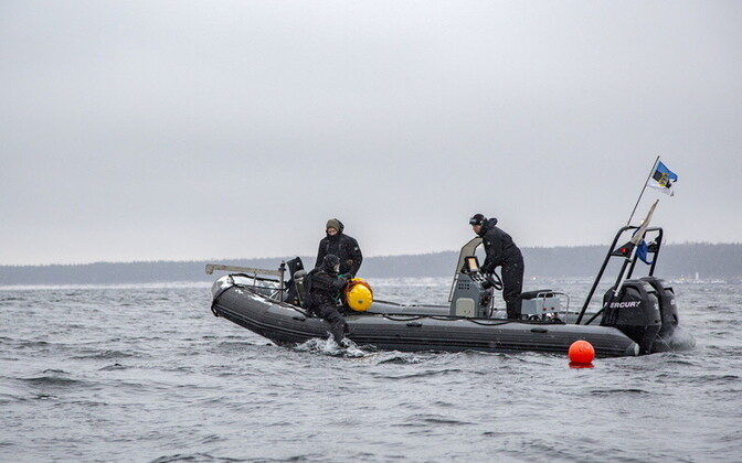 Mine divers of the Estonian Navy at work.