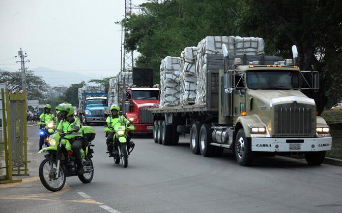 Politseinikud eskordivad Cucutas veokeid, mis suunduvad ladudesse, kus Venezuelale mõeldud abisaadetisi hoitakse.