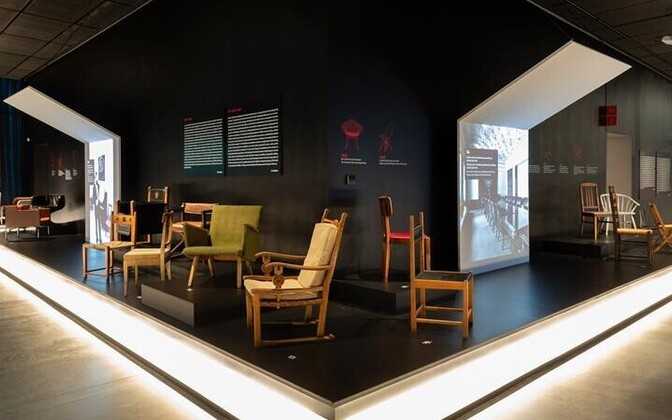 Näituse kujundus on pilkupüüdev. Toolid on paigutatud kümnendite kaupa poodiumile, all servas jookseb valgustatud tekstiriba toolide lugudega ja seinal ajatelg viidetega mööblidisaini moevooludele. Ekraanidel näidatakse ruume, kuhu toolid olid projekteeri