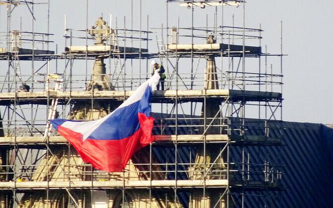 Ehitajad eemaldasid Vene lipu Salisbury katedraali tellingutelt.