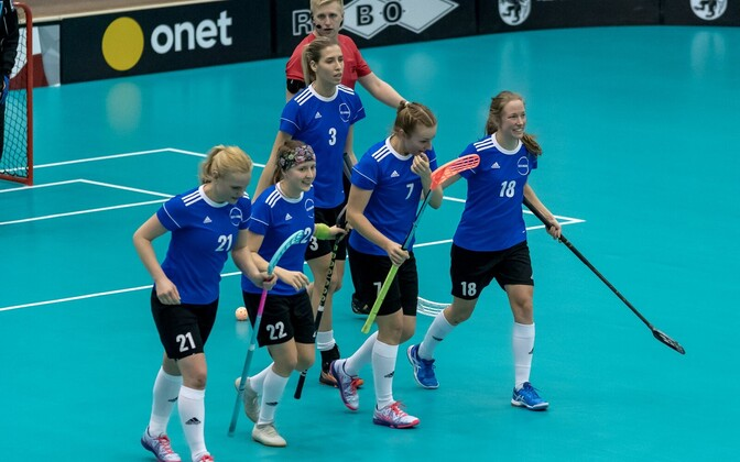 Judith Hyvärinen (nr 3) koos oma viisikuga MM- il väravat tähistamas