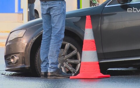 В Пярну машина провалилась под асфальт.