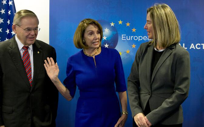 Nancy Pelosi (keskel) koos New Jersey senaatori Bob Menendezi ja EL-i välispoliitika juhi Federica Mogheriniga.