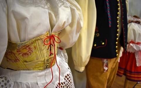 Esiplaanil on väljapaneku kõige vanem rahvariiete komplekt