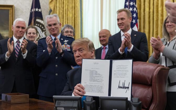 President Donald Trump kosmoseväge puudutavat dokumenti allkirjastamas.