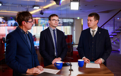 Urmas Reinsalu (right) and Sven Mikser (centre of photo) discuss possible electoral outcomes with ERR's Indrek Kiisler on Wednesday's Direct from the news house.