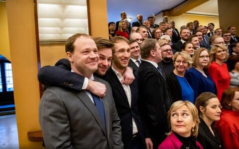 Riigikogu liikmed lõpupildiks valmistumas.