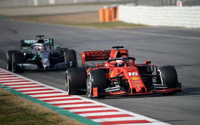 Charles Leclerc (Ferrari) ja tema järel Lewis Hamilton (Mercedes)