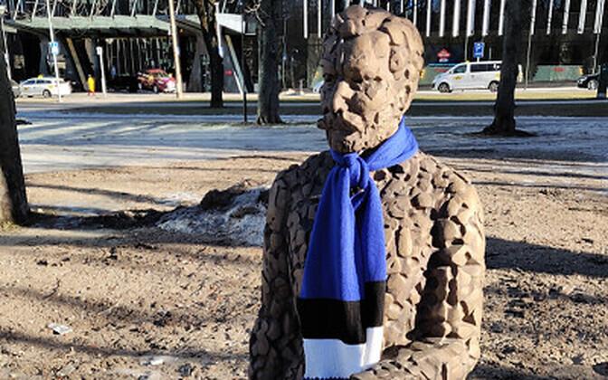 Памятники в центре Таллинна украсили к Дню независимости сине-черно-белыми шарфами.