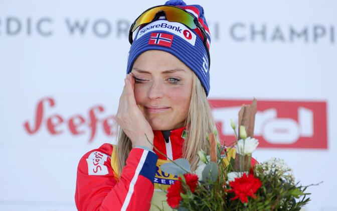 Therese Johaug pühkis lilletseremoonial pisaraid.