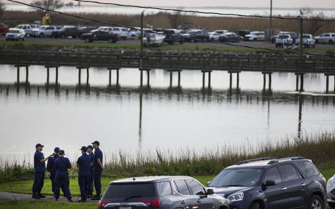 Lennuki allakukkumise koha lähedale Texases kogunenud ametnikud.