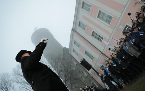 Поднятие государственного флага на башне Длинный Герман.