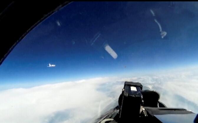Kuvatõmmis Vene kaitseministeeriumi videost, mis on filmitud Vene lennukist Su-27 ja millel on näha Rootsi luurelennukit.
