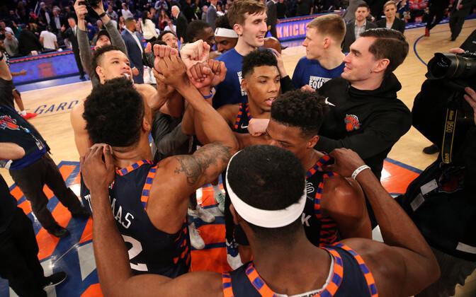 New York Knicksi mängijad rõõmustavad võidu üle.