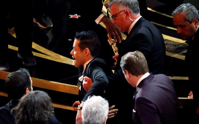 Rami Malek kukkus pärast auhinna üleandmist lavalt maha