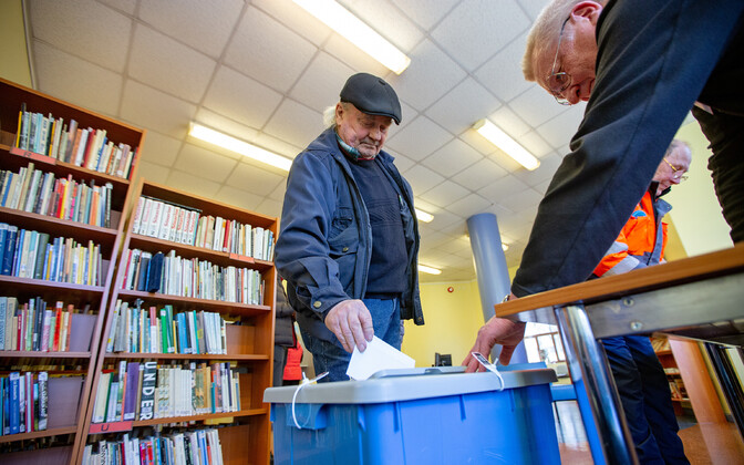 Despite the increasing popularity of online voting, tens of thousands still chose to vote early in person this year.