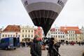 Победители конкурса школьников взлетели на воздушном шаре с Ратушной площади.
