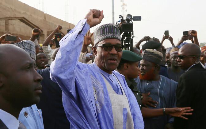 Nigeeria president Muhammadu Buhari toetajate keskel.