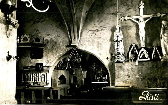 Ajaloolised puuskulptuurid Risti kirikus 1928. aastast pärineval postkaardil