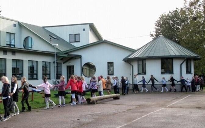 Merivälja kooli õpilased koolimaja ees. Selles koolis käib õppetöö ruumipuudusel kahes vahetuses.