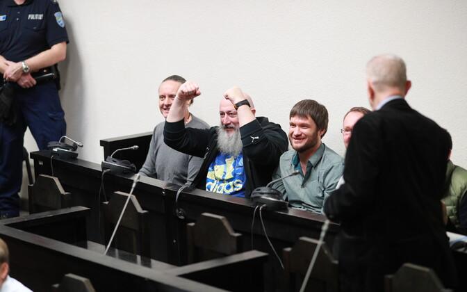 Hispaaniast läbi Eesti Venemaale kokku 2,3 tonni hašiši smugeldamisega tegelenud jõuk kohtus. Jevgeni medunitsa on fotol kõige vasakpoolsem.