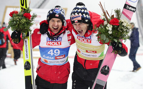 Kamil Stoch ja Dawid Kubacki medalivõitu tähistamas