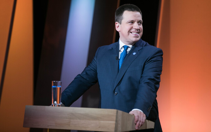 Jüri Ratas in the ETV studios for Saturday evening's debate, during which members of the Reform Party's youth wing reportedly called him multiple times on his phone.