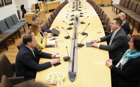 Reformierakonna esindajad kohtusid esmaspäeva õhtul riigikogus Keskerakonna esindajatega.