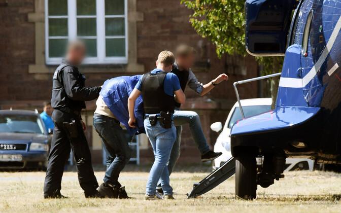Politseinikud mullu augustis Karlsruhes Magomed-Ali C. pärast vahistamist helikopterini toimetamas.