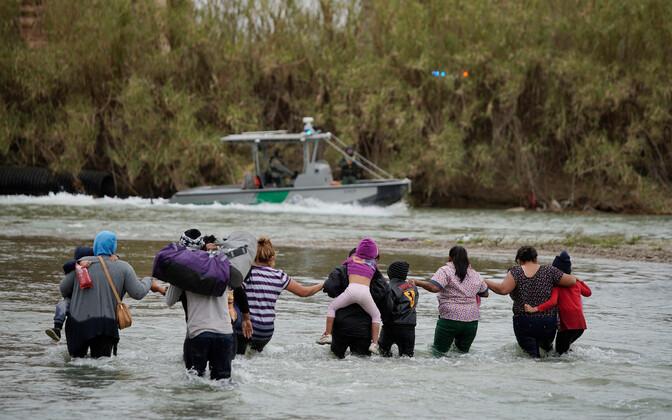 USA-sse minna soovivad El Salvadorist pärit migrandid Rio Bravo jões.