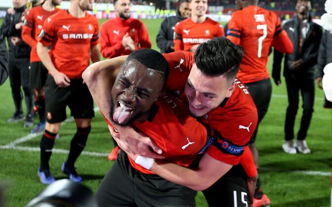 Rennes' klubi mängijad Ramy Bensebaini ja James Lea Siliki tähistamas oma võitu
