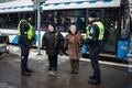 Полицейские 8 марта подарили женщинам цветы.