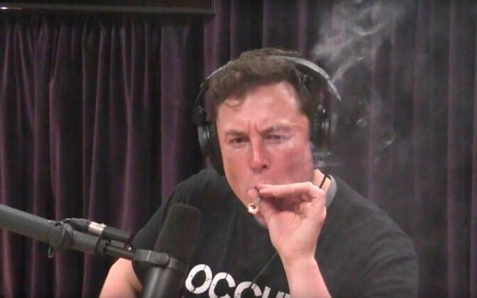 Elon Musk koomik Joe Rogani saates marihuaanat suitsetamas.