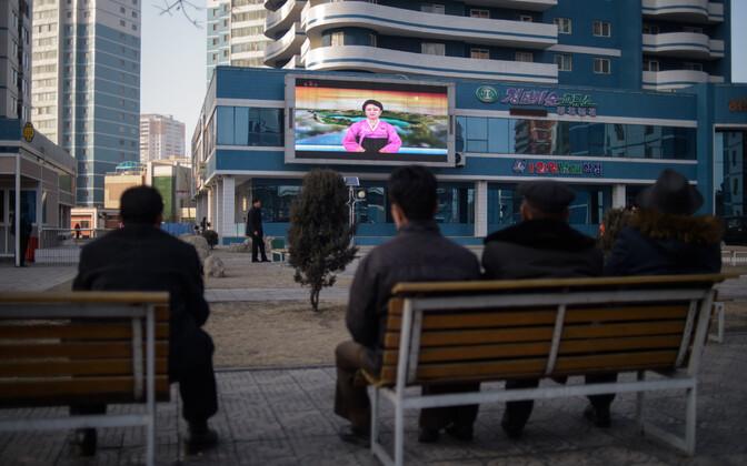 Ekraan Põhja-Korea pealinna Pyongyangi tänaval.