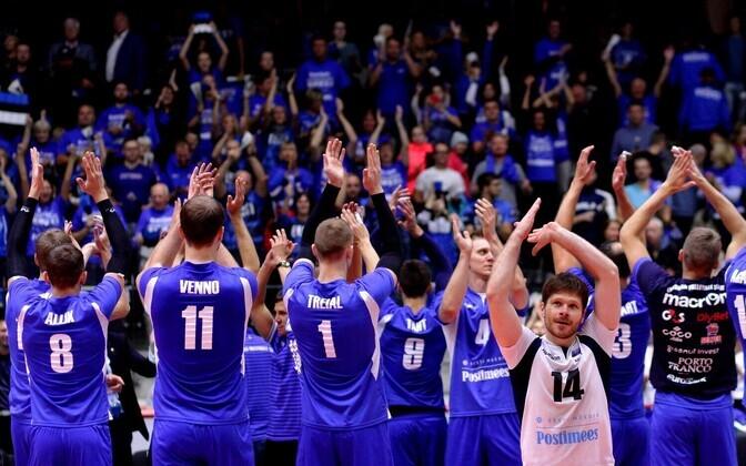 Eesti meeste võrkpallikoondis kodupublikut tänamas.