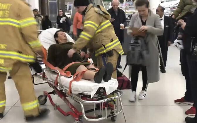 Один из пострадавших в терминале аэропорта.