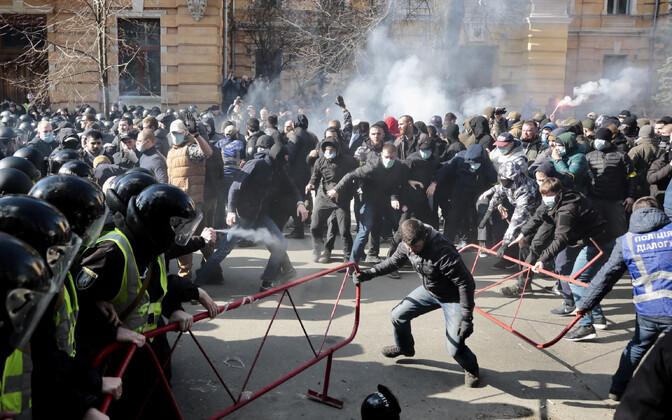 Märulipolitseinikud ja meeleavaldajad 10. märtsil Kiievis.