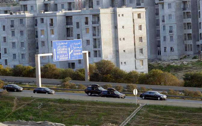 Autokolonn 10. märtsil Alžiiris, väidetavalt oli ühes autodest ka Alzeeria president Abdelaziz Bouteflika.