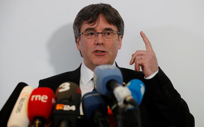 Kataloonia iseseisvuslane Carles Puigdemont pressikonverentsil.