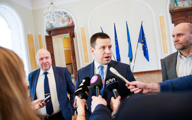 Prime Minister and Centre Party chairman Jüri Ratas (centre) flanked by EKRE chairman Mart Helme (left) and Isamaa chairman Helir-Valdor Seeder (right).