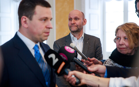 Isamaa chairman Helir-Valdor Seeder (centre) with Prime Minister and Centre Party chairman Jüri Ratas (left).