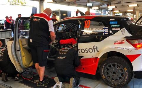 Toyota rallimeeskonna mehaanikud Jari-Matti Latvala Yarise kallal