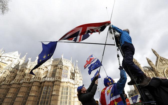 Meeleavaldajad Londonis parlamendihoone juures.