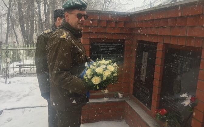 Представители посольства Эстонии на кладбище.